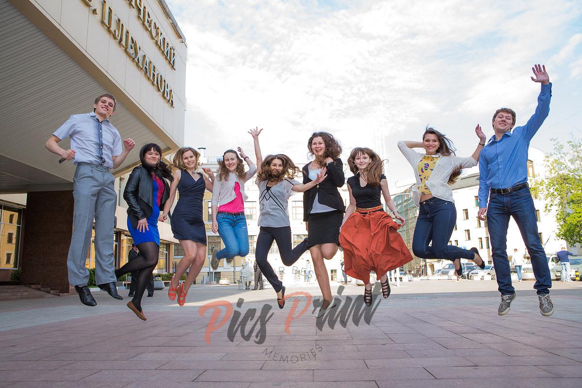 Студенты на фотосессии для фотоальбома